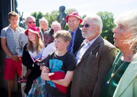 Norske besteforeldre og barnebarn møter Hansen i samband med tildeling av Sofieprisen 2010. Bilde: Dagsavisen