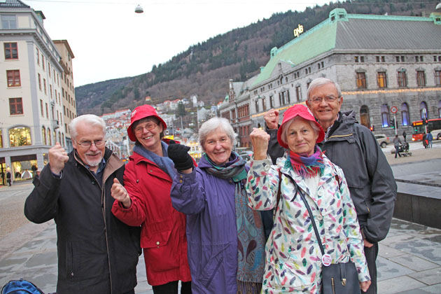 Besteforeldre på Torgallmenningen i Bergen. Gunnar Kvåle til venstre.