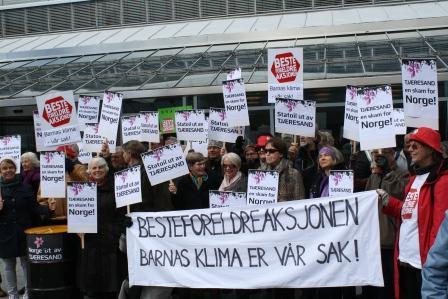 """17. april 2012: femti besteforeldre troppet opp ved Statoils hovedkontor på Vækerø, med ståltrommer lånt fra Greenpeace. """"Besteprotesten"""" mot tjæresand var støttet av 28 organisasjoner."""