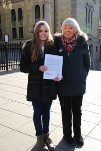 12. mars 2013: Miljøagent Runa K. Fiske og Mette Newth fra Besteforeldreaksjonen med felles bekymringsbrev til de folkevalgte.