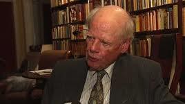 Bernt H. Lund (f. 1924) er tidligere embetsmann og diplomat. Ga i 2009 ut den politiske selvbiografien «Verdivalg i krig og fred».  Bernt H. Lund (f. 1924) er tidligere embetsmann og diplomat. Ga i 2009 ut den politiske selvbiografien «Verdivalg i krig og fred».
