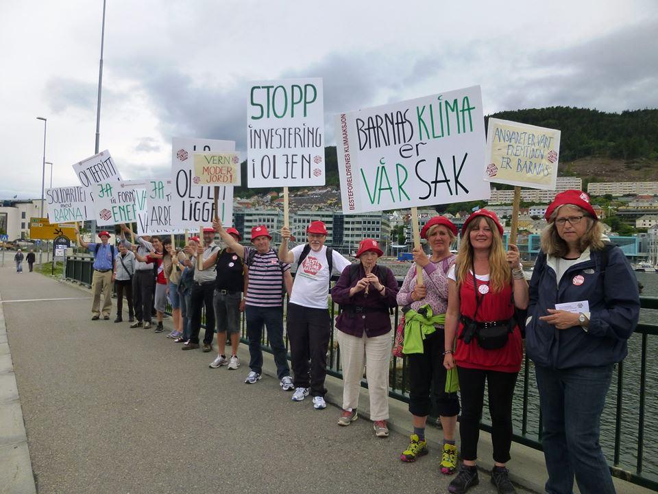 Klimamarsjerende besteforeldre sørget for å bli lagt merke til. Her nærmer de seg Bergen sentrum andre dag.