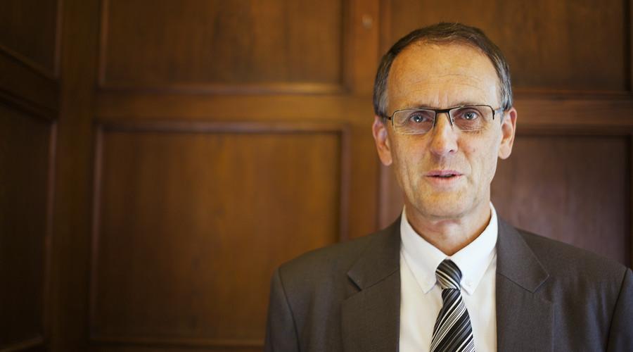 """""""Universitetene har vært for slappe,"""" sier Peter M. Haugan til UiBs internavis På Høyden. Han har vært sterkt kritisk til akademia-avtalen med Statoil og de føringer den legger for forskningen."""
