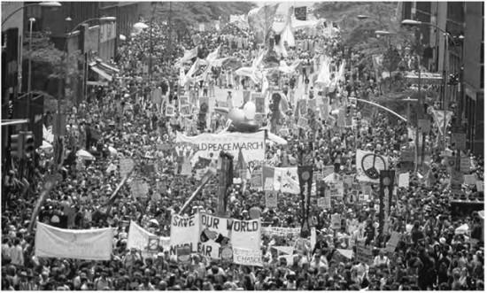 Fra de store globale fredsmarsjene på 1980-tallet. Nå må folket ta til gatene igjen, mener Birgitte Grimstad og mange andre klimaaktivister.
