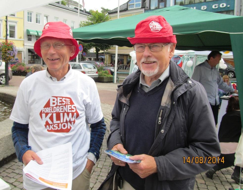 Med godt humør på Besteforeldreens stand i Arendal. Finn Bjørnar Lund fra Oslo og Gunnar Kvåle.
