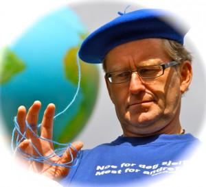 Krusedullfilosof, forfatter, grønnskalling og verdensborger, med tilhold i sitt sjølskapte «Landet for undring og fantasi» nær Lillehammer.
