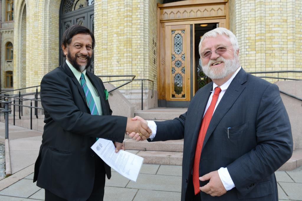 Pachauri and Tveitdal meets in front of the Norwegian Pariament building.