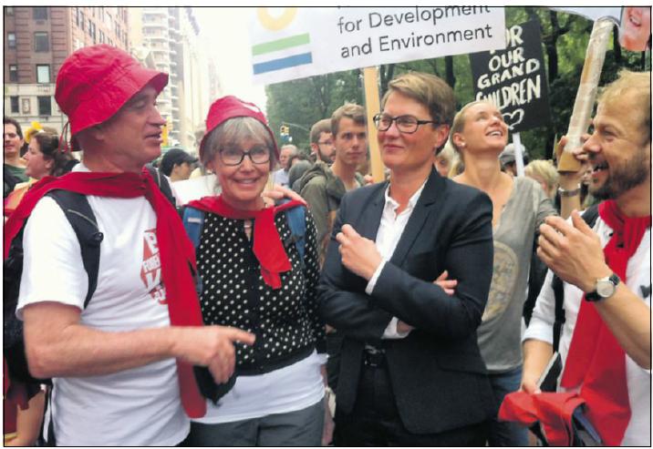 God stemning under den store demionstrasjonen i New York: besteforeldreaksjonister fra Arendal i samtale med klimaminister Trine Sundtoft og Heikki Homås fra SV.