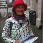 På plass en lørdag morgen utenfor Folkets Hus i Bergen. Arbeiderpartiets folk skal få med seg en liten klima-impuls til sitt dugnadsmøte før valgkampen.
