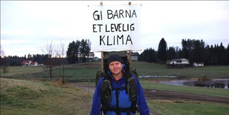 Thomas Cottis har i flere år drevet sin egen enmanns klimakampanje. Her har han tatt beina fatt og er på vei fra Løten til Oslo for å overlevere et protestbrev til statsminister Jens Stoltenberg. Året er 2009.
