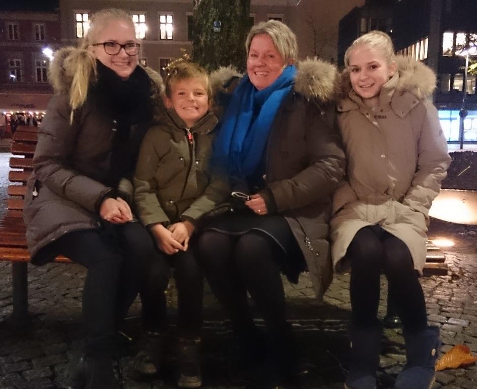 Turid bor i Solbergselva. Her med barnebarn i Drammen.