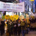 7-800 deltok i demonstrasjonen 13. feb. Laila Riksaasen Dahl med rød aksjonslue.