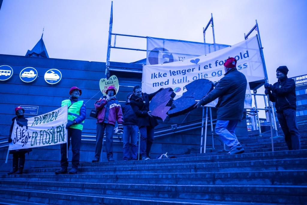 Lederne i FIVH og Besteforeldreaksjonen river i stykker det svarte hjertet, symbolet på forholdet til fossile brensler som vi må ut av.