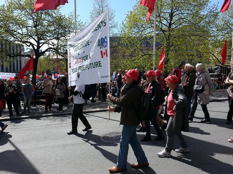 """Klimaseksjonen o Oslo hadde ivrige representanter fra Besteforeldreaksjone. """"Vi sang klimasangen en rekke ganger. godt hjulpet av en del barnebarn som gikk sammen med oss."""""""