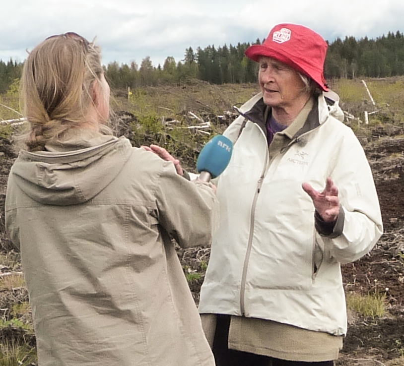 Astrid Sandvik intervjues av NRK Østlandssendingen. «Heller ikke jeg visste hvor alvorlig dette er, før jeg begynte å engasjere meg.» Foto: Ivan Chetwynd