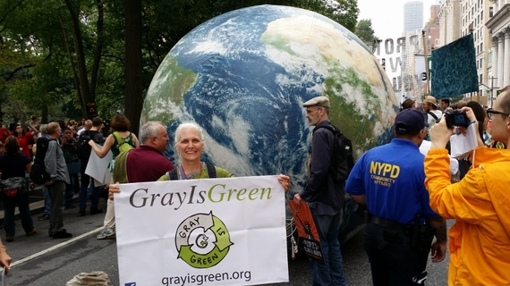 ELDREBØLGE FOR  MILJØET. Kathleen Schomaker fra Gray Is Green under den store People's Climate March i New York i september 2014:«Elders need to see ourselves as ancestors with a call to action on behalf of the future.»