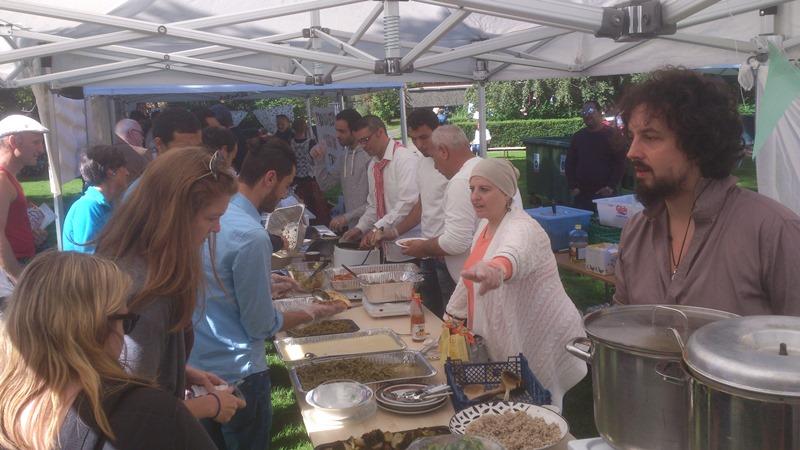 """Kastematbufeen med gratis servering av """"utgått på dato""""-mat, i samarbeid med byens butikker og proffe kokker."""
