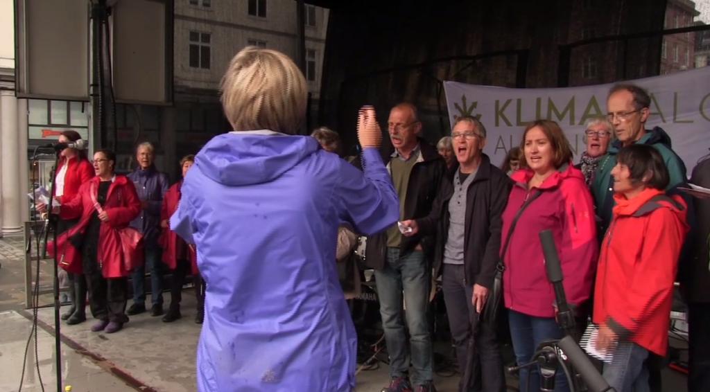 """FOR FULL HALS! Sangen """"Alle barn skal arve jorda"""" med tekst av Ola Dimmen i Trondheim er blitt omfavnet i hele landet."""