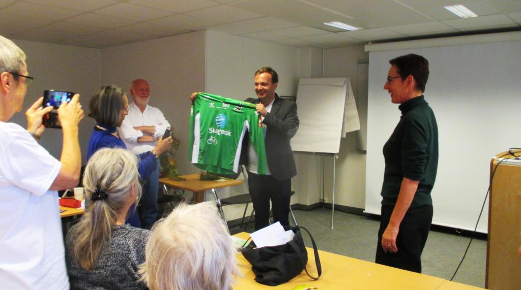Begeistring for Odd fotballklubb og direktør Einar Håndlykken. (Foto: Bjørghild des Bouvrie)