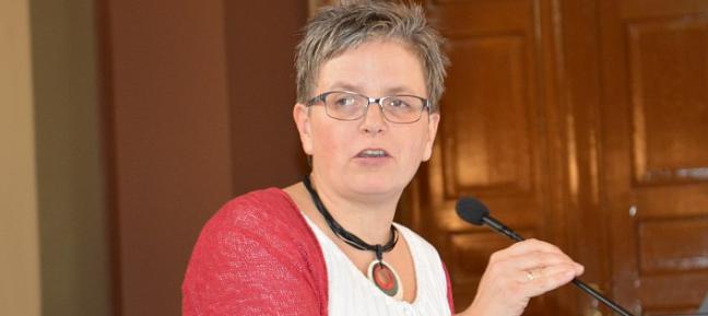 Professor dr. juris Beate Sjåfjell er drivkraften bak seminarene om § 112. Hun har redigert den nye boka og var i sving under hele seminaret – som hun også avsluttet med en følelsladd appell om barn og framtiden og det gode liv. Foto: Eva Dobos