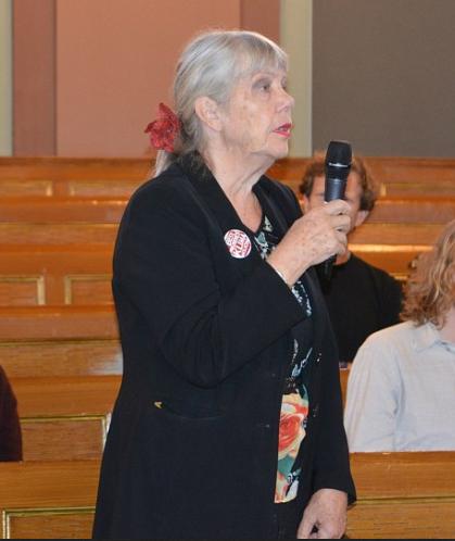 Mange ville ha ordet etter Sjåfjells foredrag. Berit Waal fra Besteforeldreaksjonen. Foto: Eva Dobos - See more at: https://www.besteforeldreaksjonen.no/?p=23678#sthash.cj8PoMcL.dpuf