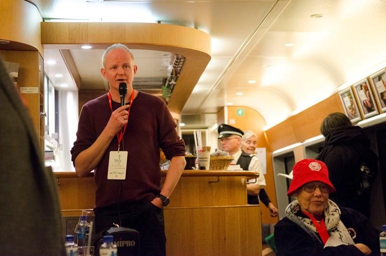Leder i Naturvernforburbundet, Lars Haltbrekken med foredrag for de reisende ombord på toget. Foto: Andrea Rygg Nøttveit/Framtida.no
