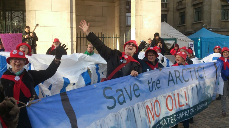 De norske Besteforeldrene i Paris desember 2015: – Save the Arctic! Save the poles! We don't need no drilling holes! Foto: Ola Dimmen