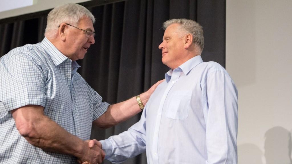Lederskifte i Pensjonistforbundet. Borge Rørvik ønsker Jan Davidsen lykke til.