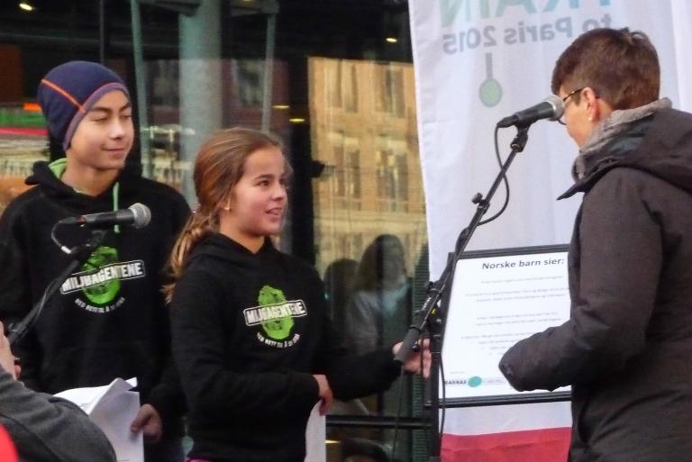 Klimaministeren  fikk en liste med krav fra Miljøagentene. De har samlet inn barns innspill fra hele Norge. Foto: Ivan Chetwynd