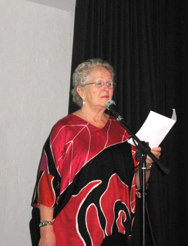Birgitte Grimstad, freds- og miljøaktivist siden 1960-tallet, underholdt med sang og opplesing.