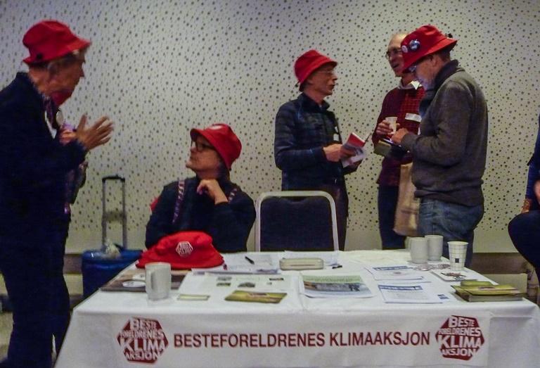 """Det var mange røde hatter med besteforeldre under på årets """"Broen til framtiden"""". Mange nye medlemmer ble også rekruttert. Foto: Ivan Chetwynd"""