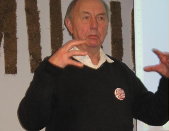 Thorleif Jacobsen driver nærmest sii eget enmannslag av Besteforeldreaksjonen i Nordfjordeid.