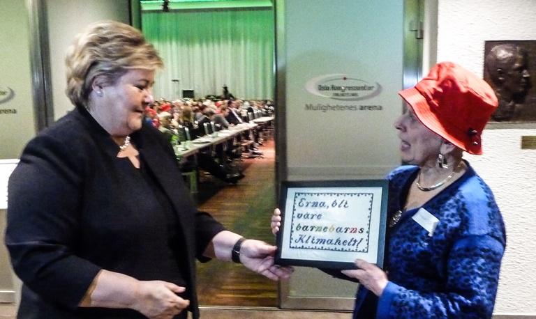 Etter innlegget sitt ble statsminsteren overrekt et personlig geriljabroderi av Elisabeth Tveter Briseid.