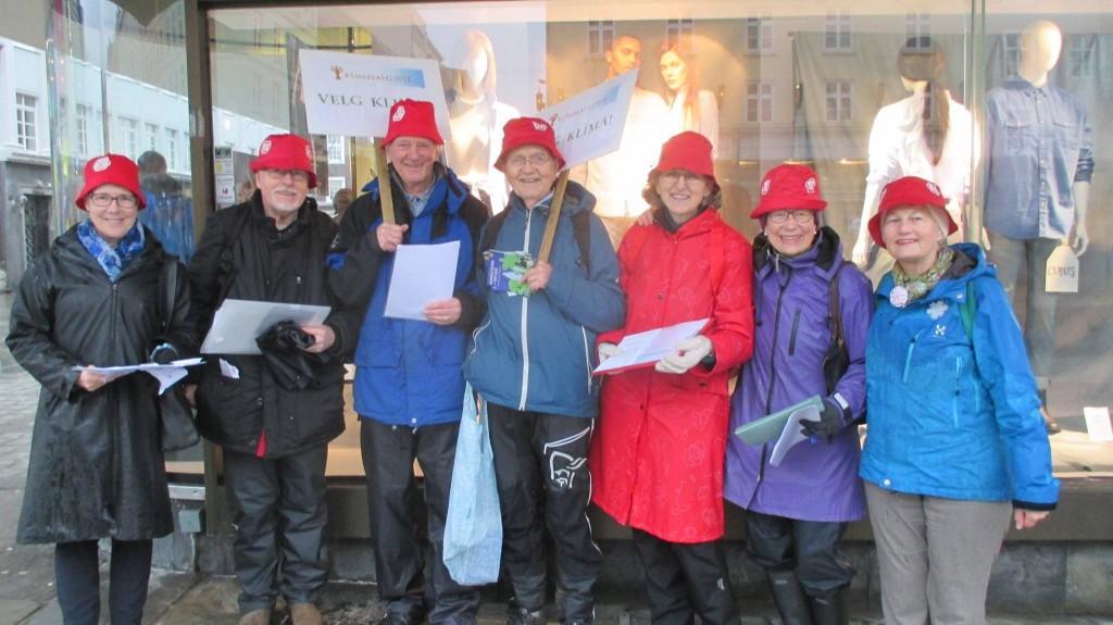 På Torgallmenningen i Bergen: Besteforeldrene i Hordaland klare til innsats. Dårlig vær er inga hindring. Gunnar Kvåle til venstre i bildet.