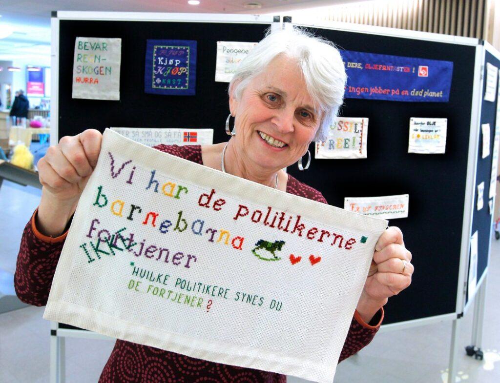 – Jeg har et veldig sterkt klimaengasjement og fant ut at jeg kunne brodere i kampen for klimaet, sier Elisabeth Tveter Briseid til Asker Budstikka. Foto: Trine Jødal