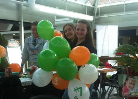 Blide jenter fra Lindås 4H i samarbeid med Besteforeldreaksjonen.