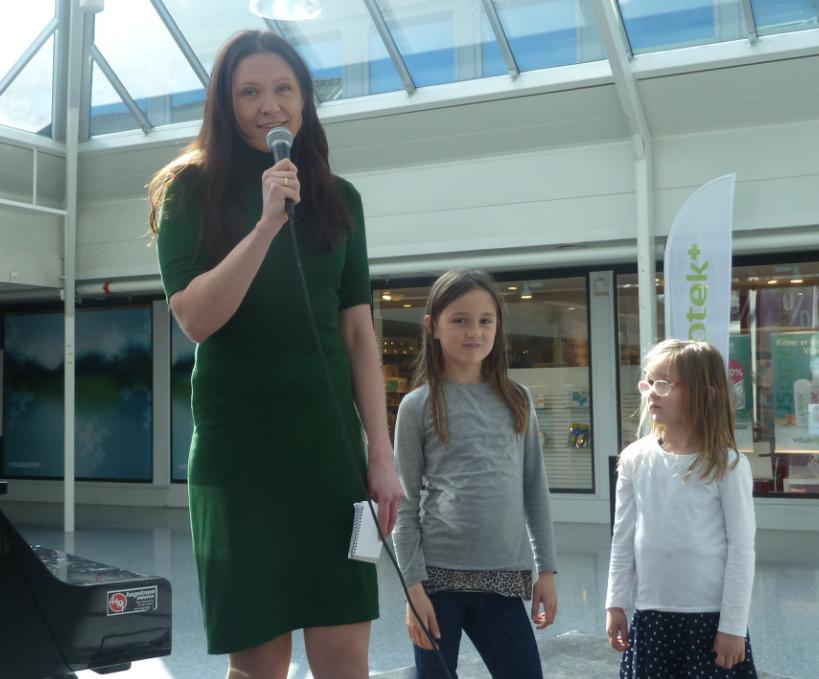 Regionsleiar for stiftinga Klimapartnere, Helene Frihammer, hadde med seg dei to små døtrene sine på scena. – Eg har ståltru på at vi saman skal klare den omstillinga som er naudsynt, sa ho.