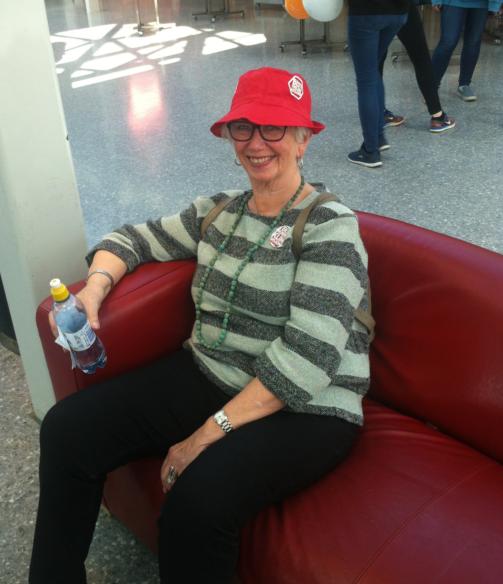 Eim nøgd lokallagsleiar for Besteforeldreaksjonen, Thelma Kraft, puser ut etter ein lang dag i Knarvik Senter.
