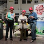 Klimaoptimister på Slemmestad: Tre besteforeldre rigget opp stand på Rortunet 10. juni.