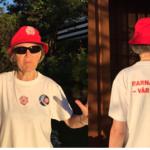 Finn Bjørnars kone Ragnhild poserer med den .nye T-skjorta heime i hagen på Kjelsås i Oslo.