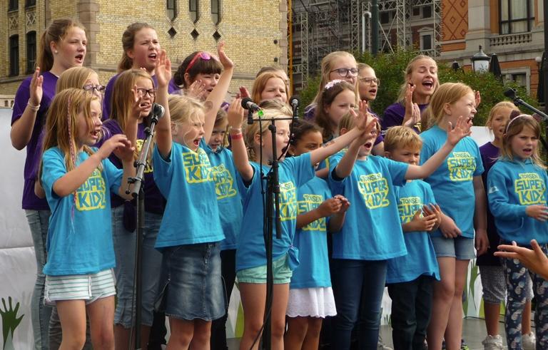 Tonsenhagen barne- og ungdomskor sang ivrig om å ta vare på kloden og gjør det nå. Det kom tårer i øynene på flere.