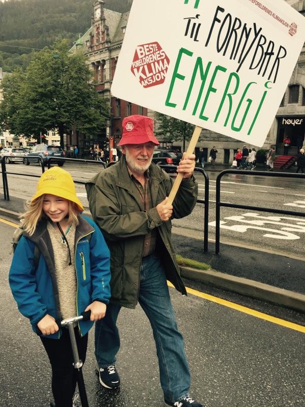 Marsj for klima i Bergen 2015: Helena 11 år og bestefar Halfdan