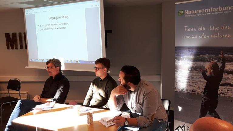 De forberedte innleggene holdt et høyt nivå. Her er Gunnar Steinsholt fra Fagforbundet (t.v.) i aksjon. Ved siden av ham sitter Tord Hustveit (leder av Unge Venstre) og Audun Otterstad (A).