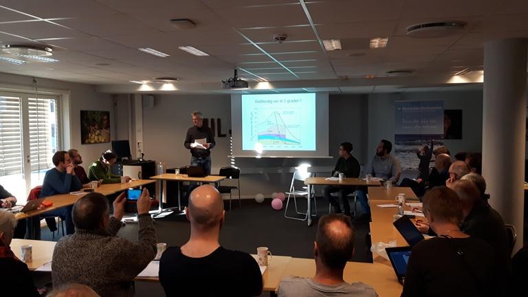 Hallvard Birkeland ga innledningsvis en kort orientering om behovet for karbonavgifter og prinsippene for KAF på vegne av initiativtakerne til seminaret.
